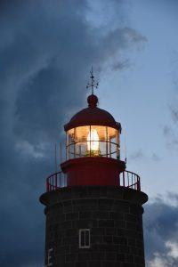phare guide les navires